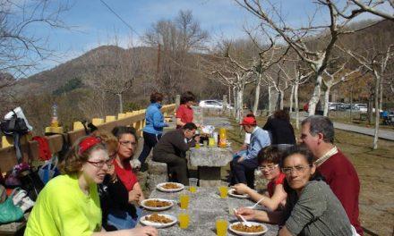 Ociodiscap de las Sierras de Béjar y Francia participan en la limpieza del sendero hasta la estación de tren de Baños