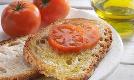 El IES Jálama organiza un desayuno saludable con fruta y aceite de oliva virgen extra de La Peraliega
