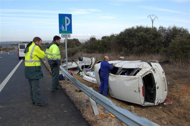 Tres personas resultan heridas graves y una leve en un accidente de tráfico por adelantamiento en Trujillo
