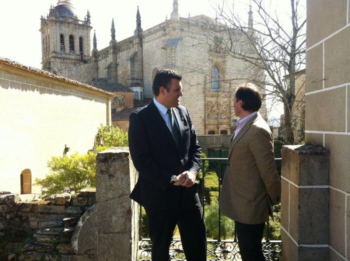 León y Ballestero abordan la incorporación del Palacio de los Duques de Alba al patrimonio de Coria