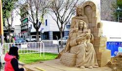 Un enorme portal de belén elaborado con arena adorna el centro de la plaza de España de Don Benito