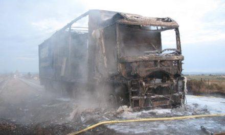 Un fallo mecánico origina un incendio y calcina un camión portugués cuando circulaba por Moraleja