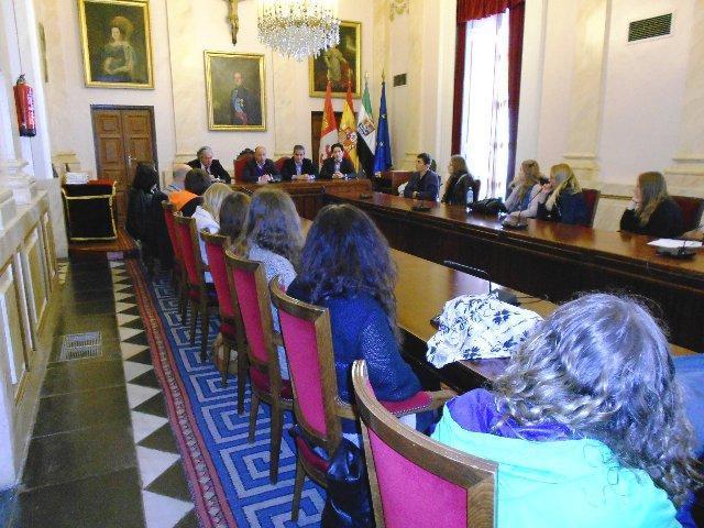 Una treintena de alumnos suecos que están de intercambio visita el Ayuntamiento de Cáceres