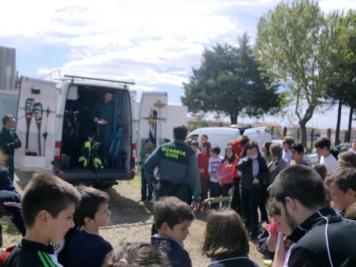 Los alumnos del colegio Cervantes de Moraleja asisten a una demostración de la Guardia Civil