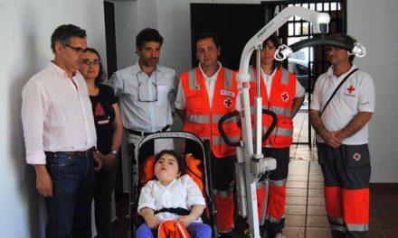La Mancomunidad de San Pedro cede una grúa que facilitará los cuidados de una niña discapacitada