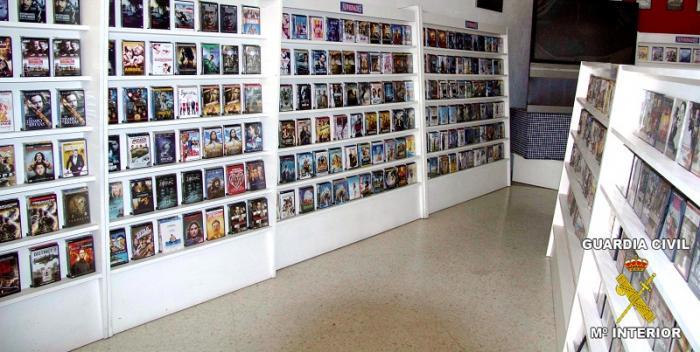La Guardia Civil interviene medio millar de copias piratas en un video-club de Almendralejo