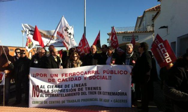 Representantes sindicales y trabajadores se encierran en la estación de tren de Cáceres en defensa del Lusitania
