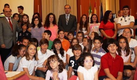 El consejero de Salud y Política Social, Luis Alfonso Hernández Carrón, aboga por un consumo responsable
