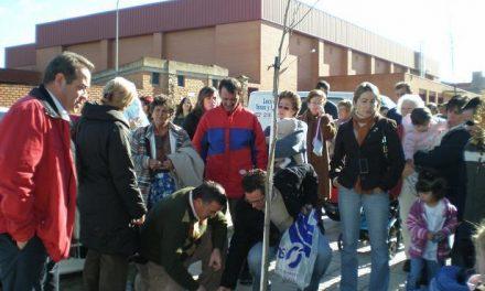 El Ayuntamiento de Casar de Cáceres planta un árbol por cada bebé nacido a lo largo del  año 2007