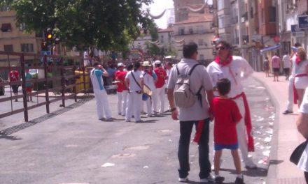 Cientos de aficionados contemplan el último encierro taurino de las fiestas de San Juan de Coria