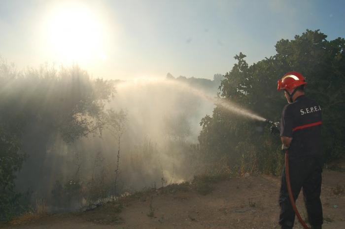 Un fuego de pastos en un solar dentro del casco urbano causa alarma entre los vecinos de Coria