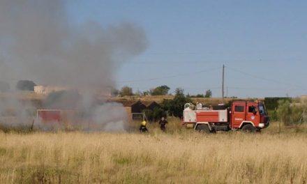 Un incendio de pastos, al parecer provocado, afecta a una parcela en la zona de las Zorreras de Moraleja