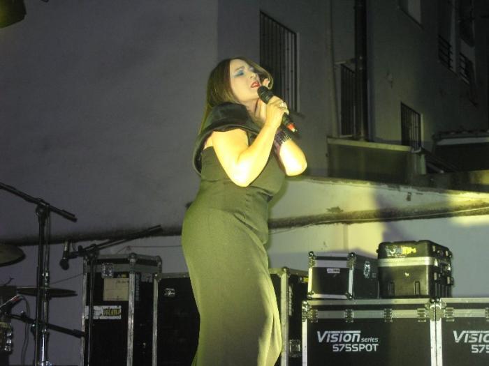 Unas 200 personas disfrutan en Moraleja del espectáculo de canción española con Raquel Palma