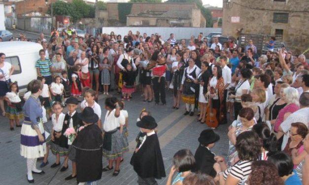 La representación de la boda tradicional extremeña de los alumnos de Clara Blanco de Moraleja resulta un éxito