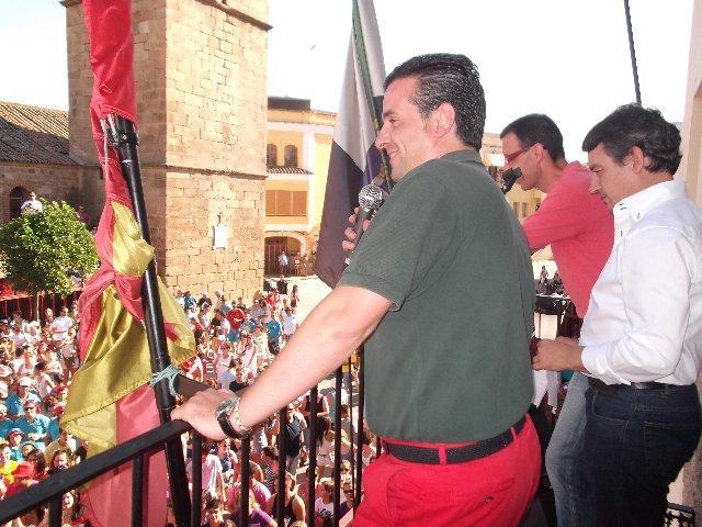 El colorido y la alegría de las peñas protagonizan el chupinazo y el pregón de San Buenaventura en Moraleja