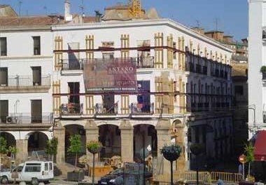 Un joven de 23 años resulta herido leve por arma blanca tras una pelea en la Plaza Mayor de Cáceres