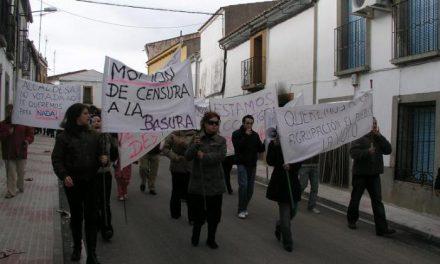 Unos 150 vecinos de Holguera protestan contra la moción de censura presentada por el PP y PSOE