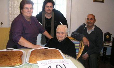 Gabriela Hernández Pérez, vecina de Calzadilla, celebra sus 105 cumpleaños con sus familiares más cercanos