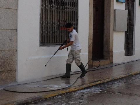 El Ayuntamiento de Valencia de Alcántara intensifica la limpieza en las calles con  tareas de lavado a presión