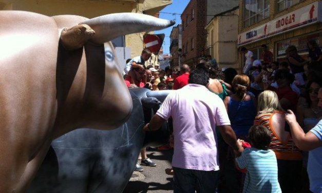 El encierro infantil con toros hinchables de grandes dimensiones causa sensación entre los niños de Moraleja