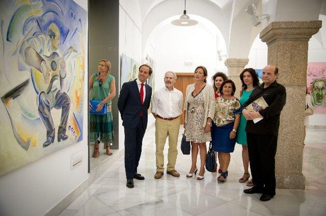 """El Parlamento regional acoge la inauguración de la exposición """"Plaza Alta"""" del artista emeritense Luis Ledo"""