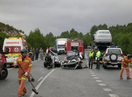 Una mujer de 34 años fallece y un niño de dos años resulta herido en un accidente en Santa Marta de los Barros