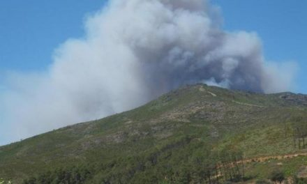El incendio forestal de Caminomorisco obliga a evacuar a los 27 vecinos de la alquería de Cambrón