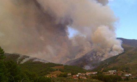 El incendio de Las Hurdes sigue activo aunque la situación ha entrado ya en fase de control