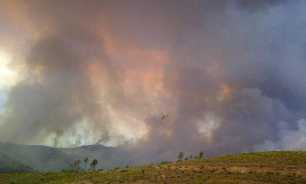 Monago se desplaza hasta el incendio de Las Hurdes, sobre el que continúan trabajando los efectivos