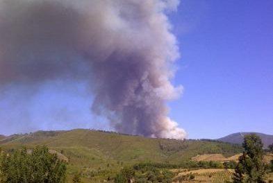 Los operarios del Plan Infoex estabilizan el incendio de Las Hurdes y seguirán trabajando en su extinción