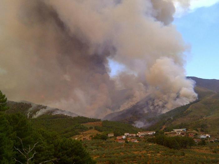 Los efectivos del Plan Infoex continuan trabajando este martes en el incendio de Las Hurdes que está estabilizado