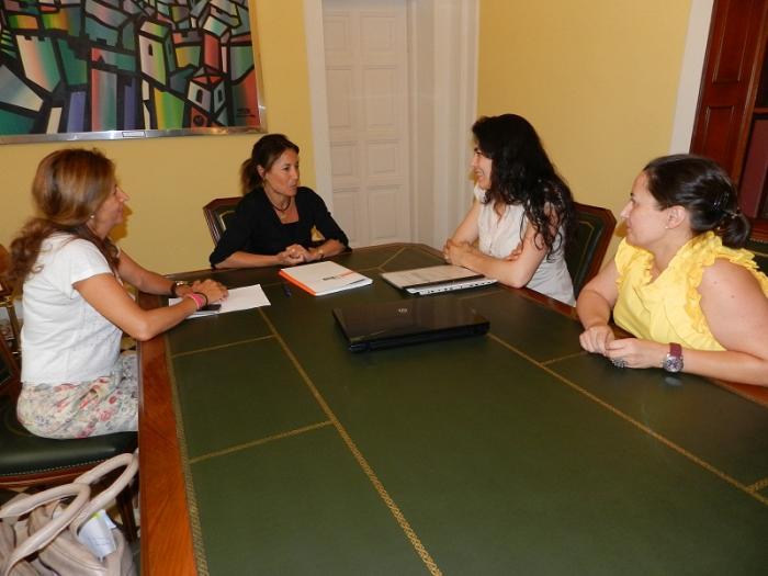 """La alcadesa de Cáceres se reúne con el Secretariado Gitano para analizar el programa """"Acceder"""""""