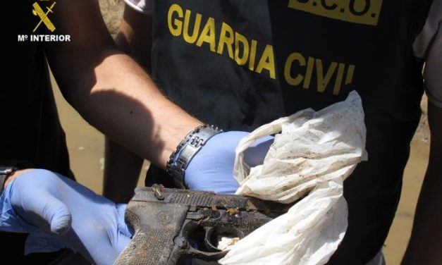 La Guardia Civil encuentra en el río Guadiana otras tres armas más de las que fueron robadas en la base de Bótoa