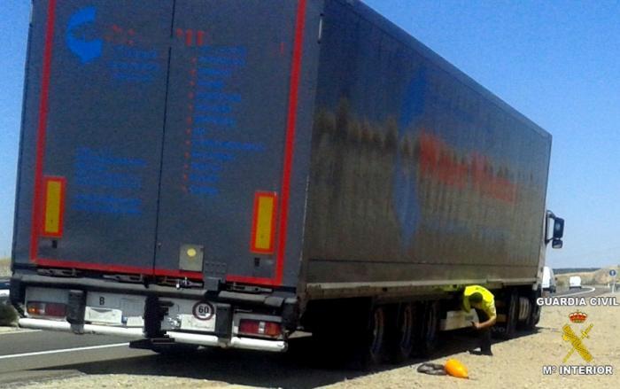 La Guardia Civil intercepta a dos jóvenes marroquíes que entraron en España ocultos en un camión