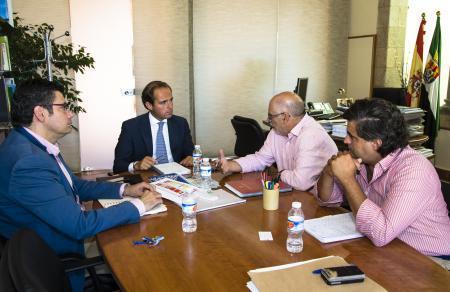 Parejo se reúne con la Unión de Criadores de Raza Charolesa para avanzar en la solución de sus demandas