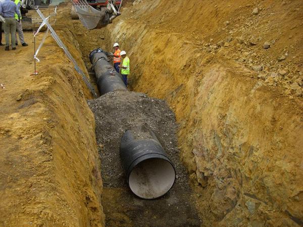 Un trabajador de 49 años muere al ser atrapado por un tubo de una obra de canalización de agua