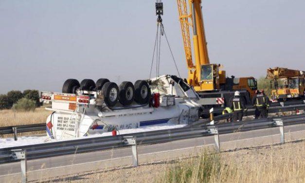 El vuelco de un camión en la A-5, en San Pedro de Mérida, provoca el corte de la autovía durante cuatro horas