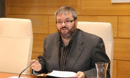 El diputado de IU Víctor Casco participa en un acto de protesta en el que se llevan alimentos de Carrefour