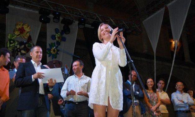 La cantante Soraya recoge en Alcántara la Tenca de Oro en una fiesta que congregó a 5.000 personas