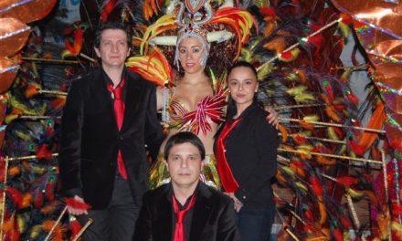 La reina del Carnaval de Navalmoral lucirá un vestido con más de mil plumas de pavo real, gallo y avestruz