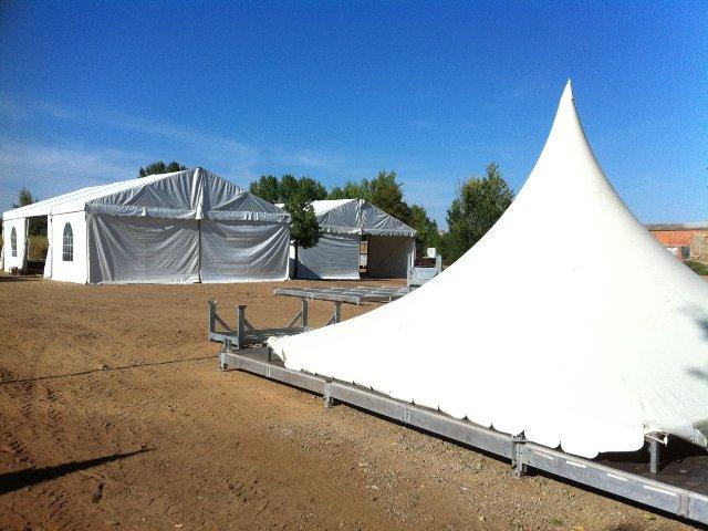 Comienza el montaje de las carpas y haimas de la Feria Rayana en el parque Feliciano Vegas de Moraleja