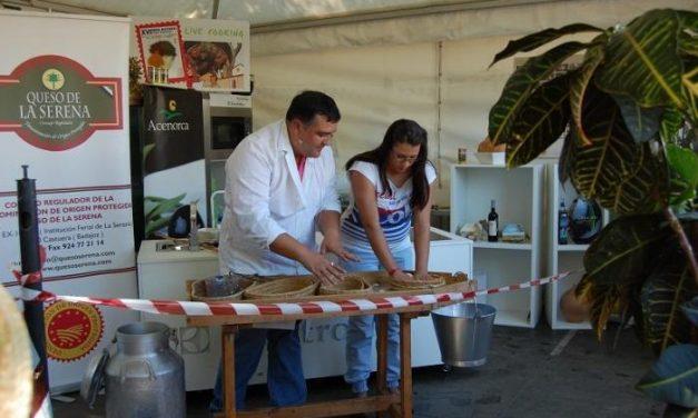 Un centenar de personas aprende a elaborar la Torta de la Serena en la Feria Rayana de Moraleja
