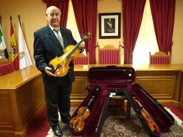 El lutier Francisco García Béjar presenta en Baños de Montemayor sus avances en la construcción de violines