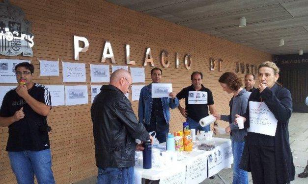 """La Plataforma Sindical de Justicia celebra en Mérida un """"Desayuno de supervivencia"""" y protesta por los recortes"""