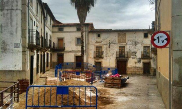 El Ayuntamiento de Coria ejecuta obras para mejorar el estado del jardín de la plaza de La Cava