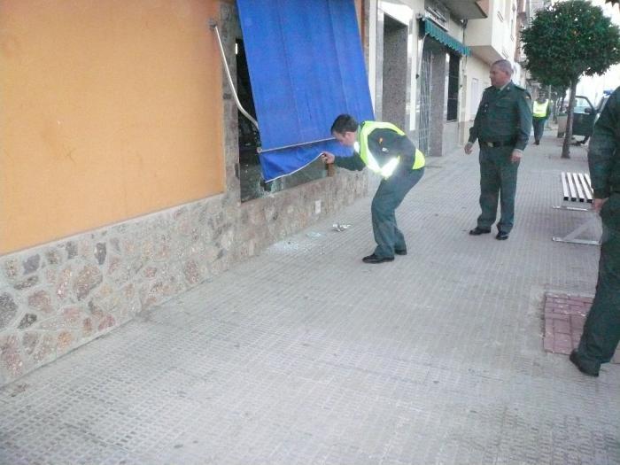 Roban material fotográfico tras romper el escaparate de una tienda de la avenida de Moraleja