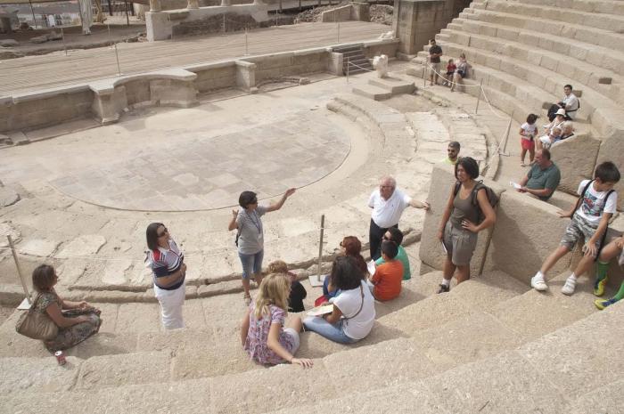 Más de 1.350 personas participan en las visitas guiadas a las obras del teatro romano de Medellín