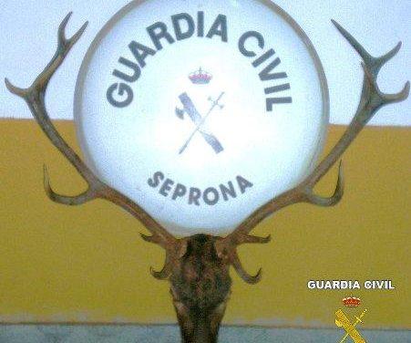 La Guardia Civil detiene a dos presuntos furtivos, de 21 y 41 años, en un coto de caza cerca de Llerena