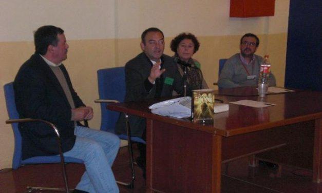 El escritor extremeño Jesús Sánchez Adalid imparte una charla en el Centro Penitenciario de Badajoz