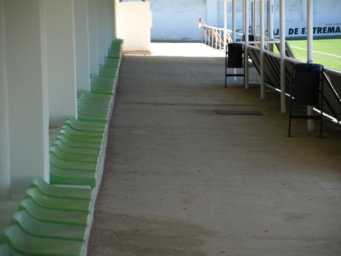 La concejalía de Deportes de Moraleja ejecuta trabajos de mejora en el campo de fútbol de La Vega